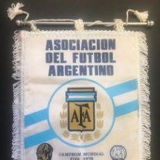 Coleccionismo deportivo: PENNANT BANDERIN SELECCION ARGENTINA FUTBOL MATCH JUGADO AÑOS 90 ESTADI FUTBOL FC BARCELONA BARÇA.. Lote 188643743