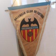Coleccionismo deportivo: BANDERIN VALENCIA CLUB DE FUTBOL, FIRMADO POR SUS JUGADORES, AÑOS 90, MEDIDAS 44CM. Lote 190604447