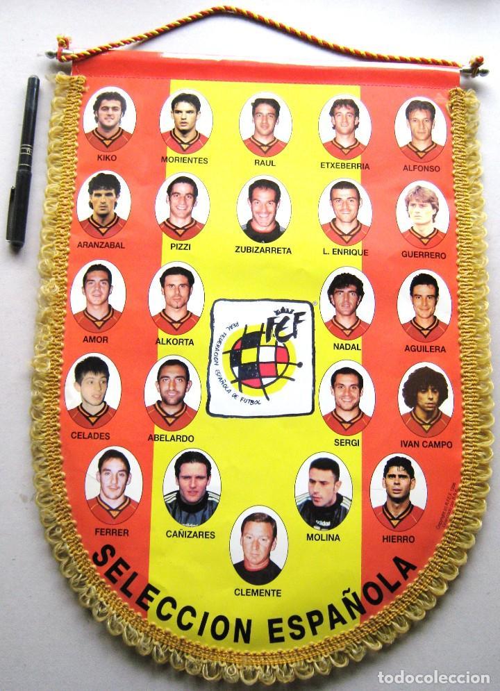 BANDERIN OFICIAL RFEF ESPAÑA JUGADORES EURO 1996 ENGLAND NUEVO 45X34 BIG OLD PENNANT SPAIN (Coleccionismo Deportivo - Banderas y Banderines de Fútbol)