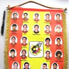 Coleccionismo deportivo: BANDERIN OFICIAL RFEF ESPAÑA JUGADORES EURO 1996 ENGLAND NUEVO 45X34 BIG OLD PENNANT SPAIN. Lote 191199297