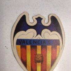 Coleccionismo deportivo: VALENCIA C.F., ESCUDO DEL EQUIPO CHE!!! MEDIDAS: 10 X 7,5 CM., (H.1960?) CARTÓN. Lote 192090818