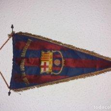 Coleccionismo deportivo: ANTIGUO BANDERIN DE SEDA DEL CLUB DE FUTBOL BARCELONA. BARRA DE METAL, 28 X 49 CM.. Lote 193272720