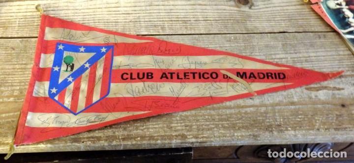 BANDERIN ATLETICO DE MADRID TEMPORADA 1974-75, AUTOGRAFOS ORIGINALES DE LA PLANTILLA,36 CMS (Coleccionismo Deportivo - Banderas y Banderines de Fútbol)