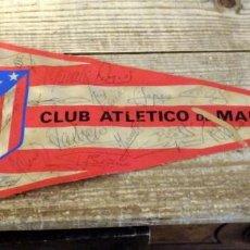 Coleccionismo deportivo: BANDERIN ATLETICO DE MADRID TEMPORADA 1974-75, AUTOGRAFOS ORIGINALES DE LA PLANTILLA,36 CMS. Lote 194262627