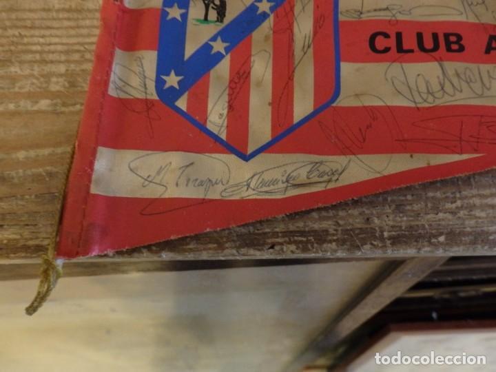 Coleccionismo deportivo: BANDERIN ATLETICO DE MADRID TEMPORADA 1974-75, AUTOGRAFOS ORIGINALES DE LA PLANTILLA,36 CMS - Foto 2 - 194262627