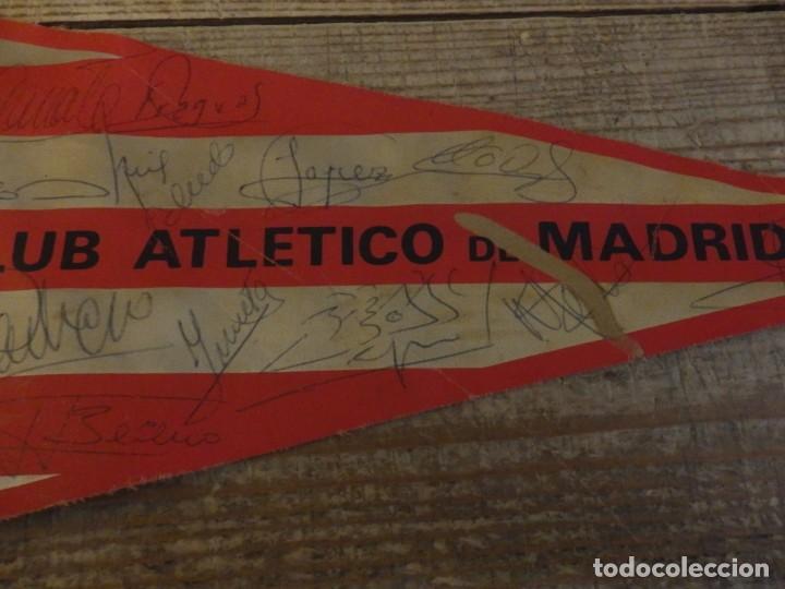 Coleccionismo deportivo: BANDERIN ATLETICO DE MADRID TEMPORADA 1974-75, AUTOGRAFOS ORIGINALES DE LA PLANTILLA,36 CMS - Foto 3 - 194262627