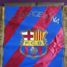Coleccionismo deportivo: BANDERIN FC BARCELONA CON FIRMAS GUARDIOLA RONALDO FIGO BAKERO BAIA NADAL PIZZI COUTO FERRER ETC. Lote 194624343