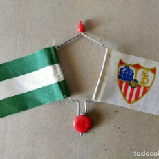 Coleccionismo deportivo: BANDERIN DOBLE DE VARILLA PARA BICICLETA BANDERAS: SEVILLA C.F / ANDALUCIA. - AÑOS 70 / 80 - FUTBOL. Lote 194767322