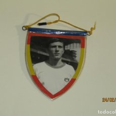 Coleccionismo deportivo: ANTIGUO PEQUEÑO BANDERÍN CON JUGADOR DE FUTBOL Y ESCUDO DEL C. D. MESTALLA. Lote 195136463