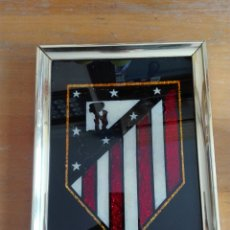 Coleccionismo deportivo: CUADRO ESPEJO CRISTAL ESCUDO ATLÉTICO MADRID. Lote 195353261