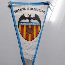 Coleccionismo deportivo: BANDERIN DEL VALENCIA FIRMADO POR LUBO PENEV. Lote 195614785