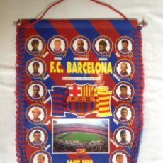 Collezionismo sportivo: ANTIGUO BANDERÍN JUGADORES FÚTBOL CLUB BARCELONA 1995 -1996. Lote 195738622