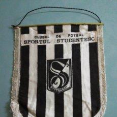 Coleccionismo deportivo: BANDERIN C. F. SPORTUL STUDENTESC DE RUMANIA. Lote 197900157