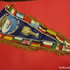 Coleccionismo deportivo: MUNDIAL FUTBOL CHILE 1962 COPA JULES RIMET. BANDERÍN BORDADO CON FLECOS. 63 CTMS. USADO. Lote 205835246