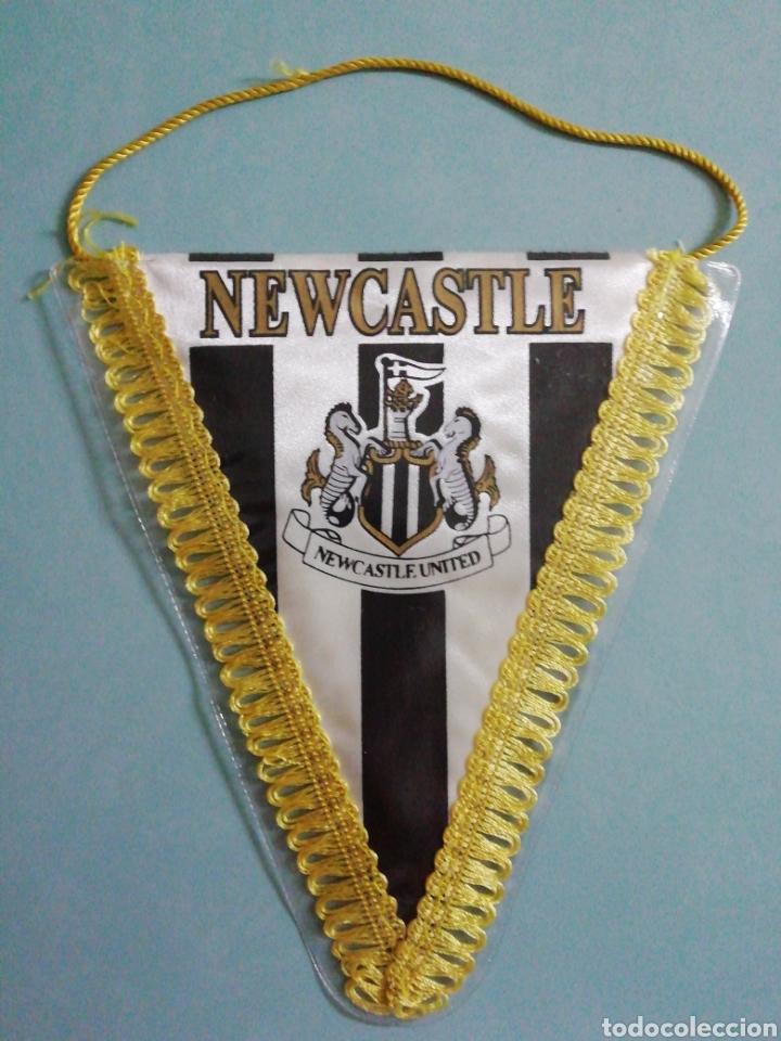BANDERIN NEWCASTLE UNITED F. C. DE INGLATERRA (Coleccionismo Deportivo - Banderas y Banderines de Fútbol)