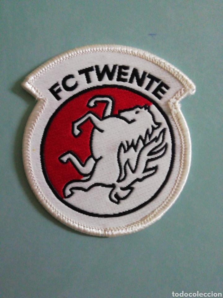 ESCUDO F. C. TWENTE DE HOLANDA (Coleccionismo Deportivo - Banderas y Banderines de Fútbol)