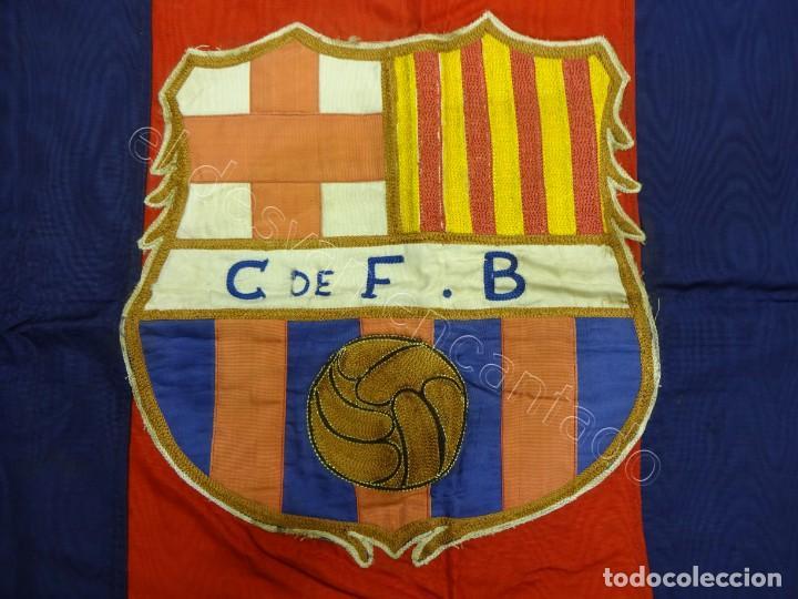 CF BARCELONA. GRAN BANDERA CON ESCUDO FINAMENTE BORDADO. ORIGINAL AÑOS 1950S. LES CORTS. 160 X 80 (Coleccionismo Deportivo - Banderas y Banderines de Fútbol)