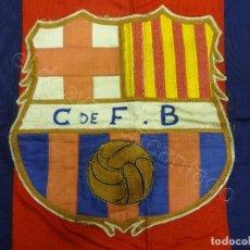 Coleccionismo deportivo: CF BARCELONA. GRAN BANDERA CON ESCUDO FINAMENTE BORDADO. ORIGINAL AÑOS 1950S. LES CORTS. 160 X 80. Lote 208920861