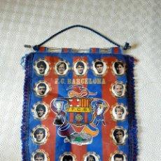 Coleccionismo deportivo: BANDERIN F.C.BARCELONA AÑOS 80. LINEKER. SCHUSTER. CARRASCO. ZUBIZARRET.. Lote 209005497