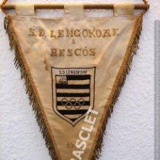 Coleccionismo deportivo: ANTIGÜO BANDERIN - S.D. LENGOKOAK A BESCOS - AÑO 1971. Lote 212619471