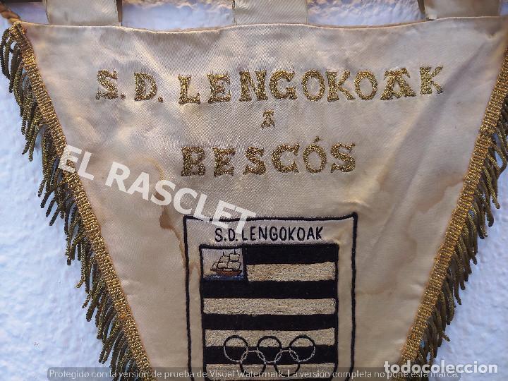 Coleccionismo deportivo: ANTIGÜO BANDERIN - S.D. LENGOKOAK - EN HONOR AL JUGADOR ENTRENADOR DE FUTBOL ENRIQUE BESCOS MANBRONA - Foto 3 - 212619471