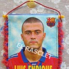 Coleccionismo deportivo: ANTIGÜO BANDERIN DE LUIS ENRIQUE -FC. BARCELONA. Lote 212628058