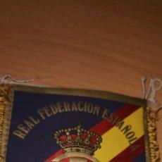 Coleccionismo deportivo: REAL FEDERACIÓN ESPAÑOLA DE FÚTBOL.BANDERIN (14X11) DE SEDA EN AMBAS CARAS. AÑOS 80. Lote 212800605