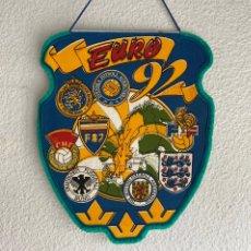 Collezionismo sportivo: BANDERÍN SVERIGE EURO 1992 - CAMPEONATO SUECIA EUROPA 92 - RARO PENNANT. Lote 214556292