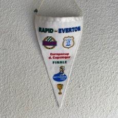 Collezionismo sportivo: BANDERÍN FUTBOL RAPID -EVERTON FINAL EUROPACUP D. CUPSIEGER ROTTERDAM 1985 Y PIN AGUJA RAPID PENNANT. Lote 214559983