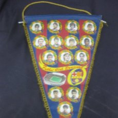 Coleccionismo deportivo: BANDERIN FUTBOL CLUB BARCELONA. TEMPORADA 1982-83. MARADONA, SHUSTER, PICHI ALONSO, MIGUELI QUINI.... Lote 215700633