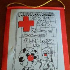 Coleccionismo deportivo: BANDERÍN ANUNCIO EN CARTÓN DE FÚTBOL SALA, 1984 - CRUZ ROJA SORIA. Lote 217160170