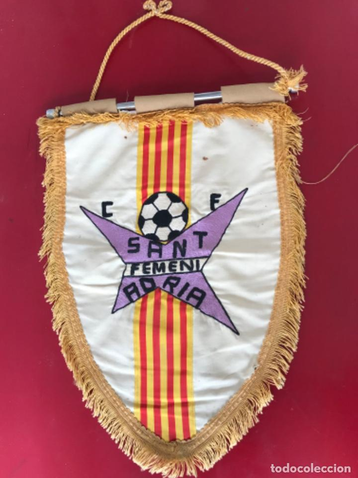 BANDERIN BORDADO DEL CLUB DE FÚTBOL SANT ADRIA FEMENI. (Coleccionismo Deportivo - Banderas y Banderines de Fútbol)