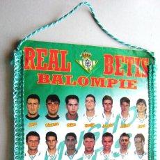 Coleccionismo deportivo: BANDERIN REAL BETIS AÑOS' 90 OFICIAL JUGADORES PENNANT WIMPEL FANION GRANDE BIG. Lote 218025390