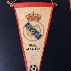 Coleccionismo deportivo: REAL MADRID BANDERIN AÑOS 60 FIRMADO POR DI STEFANO. Lote 218353796