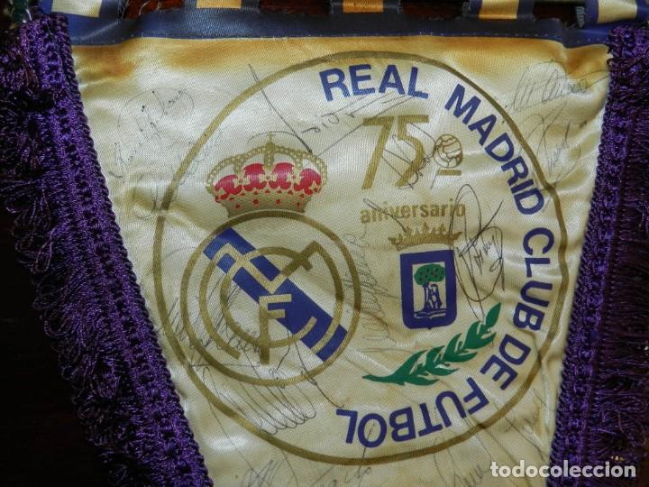 BANDERIN 75 ANIVERSARIO 1902-1977 REAL MADRID CLUB DE FUTBOL, FIRMADO POR LA PLANTILLA, SE VE LA DE (Coleccionismo Deportivo - Banderas y Banderines de Fútbol)