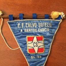 Coleccionismo deportivo: BANDERIN DE FUTBOL DE TELA , C. F. CALVO SOTELO A SANTOS GARCIA , 84-85 , PUERTOLLANO , LUBRICANTES. Lote 219859021