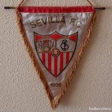Coleccionismo deportivo: BANDERIN SEVILLA F.C. FIRMADO - TEMPORADA ANTERIOR1992 FIRMAN: MARTAGON - BENGOECHEA - CONTE ETC.. Lote 221584291