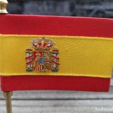 Coleccionismo deportivo: BANDERA DE ESPAÑA BORDADO HILO METÁLICO EN MÁSTIL DE BRONCE. Lote 223708018