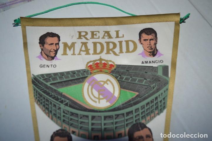 Coleccionismo deportivo: Antiguo, años 60 - BANDERIN ORIGINAL - Con la gloriosa plantilla del REAL MADRID ¡Muy difícil, MIRA! - Foto 2 - 230275060