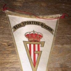 Collezionismo sportivo: BANDERIN FUTBOL REAL SPORTING DE GIJON 1974. Lote 231975415