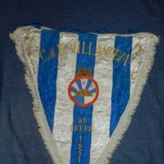 Coleccionismo deportivo: (M) BANDERIN BORDADO DE FÚTBOL - C.F. VILLANUEVA 29-1- 1961, 45X38CM, SEÑALES DE USO. Lote 233661415