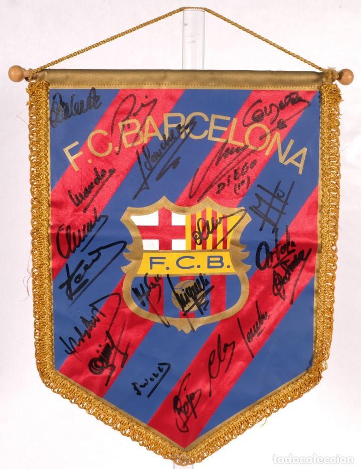 BANDERÍN DEL FC BARCELONA FIRMADO POR DIEGO ARMANDO MARADONA Y LOS JUGADORES DE LA TEMPORADA 82-83 (Coleccionismo Deportivo - Banderas y Banderines de Fútbol)