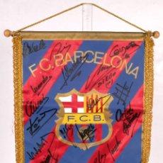Coleccionismo deportivo: BANDERÍN DEL FC BARCELONA FIRMADO POR DIEGO ARMANDO MARADONA Y LOS JUGADORES DE LA TEMPORADA 82-83. Lote 235286435