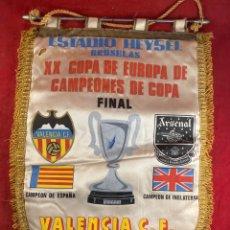 Coleccionismo deportivo: BANDERÍN VALENCIA CF VS ARSENAL 1980. Lote 235925165