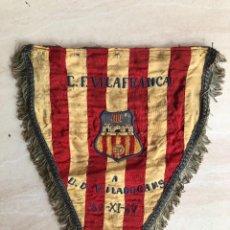 Coleccionismo deportivo: ANTIGUO BANDERIN PARTIDO FUTBOL CF VILAFRANCA / UD VILADECANS 1960. Lote 237073155