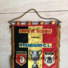 Coleccionismo deportivo: ANTIGUO BANDERIN PARTIDO FINAL COUPE DE BELGICA 1981 STANDARD CL / LOKEREN. Lote 237074940