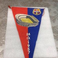 Coleccionismo deportivo: BANDERÍN INAUGURACIÓN ESTADIO CLUB FÚTBOL BARCELONA 24-IX-1957. Lote 237128590