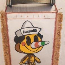 Collezionismo sportivo: UEFA EURO 1980 ITALIA 80 PINOCCHIO LA MASCOTA ANTIQUO FUTBOL BANDERIN VINTAGE PENNANT. Lote 237920040