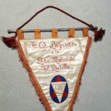 Collezionismo sportivo: BANDERÍN C.D. LOGROÑÉS A LA PEÑA MADRIDISTA EL PORTILLO, 1955.. Lote 237950585