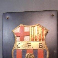 Coleccionismo deportivo: ESCUDO DEL C.F. BARCELONA EN MADERA GRUESA,EN BASE ACOLCHADA- ENVIO GRATUITO. Lote 245197680